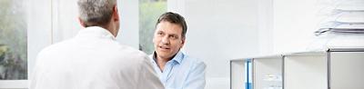 Patient spricht mit Arzt