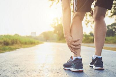 Jogger fasst sich ans Bein
