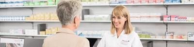 Le pharmacien conseille une femme