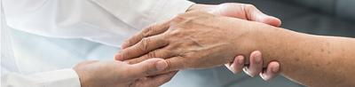Arzt untersucht Hand