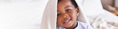 Kind mit Decke über dem Kopf