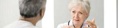 Ärztin im Patientengespräch mit einem Patienten