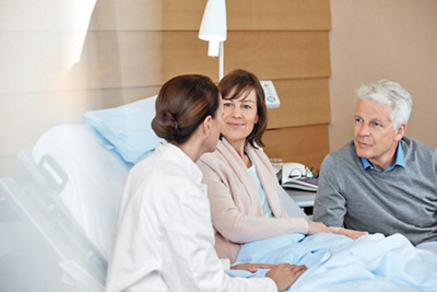 Patientin mit Ärztin und Angehörige