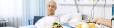 Patient erhält Essen ans Bett
