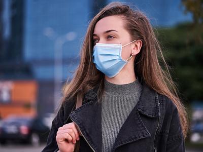 Frau trägt Hygienemaske