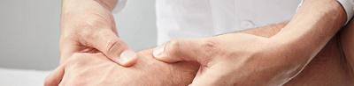 Arzt untersucht Hand eines Patienten
