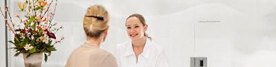 Patientin im Gespräch mit Pflegefachfrau der Hirslanden Klinik Aarau
