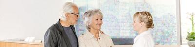 Pflegefachfrau mit Patientin und Angehörigem an der Hirslanden Klinik Aarau