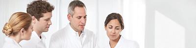 Arzt und Pflegefachpersonen im Gespräch