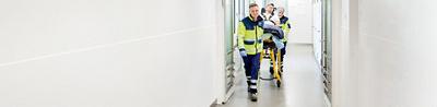 Notfallpatient wird von Sanitätern in Notfall transportiert