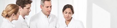Ärzte-Gruppierung schaut in die gleiche Richtung, vertieft in eine Sache