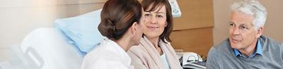 Ärztin mit Patientin und Angehörigem an der Hirslanden Klinik Aarau