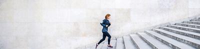 La femme sportive monte des larges escalier.
