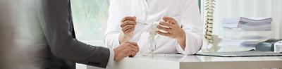 Hirslanden Orthopädie, Arzt erklärt Knieprothese.