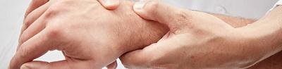 Nahaufnahme, Arzt untersucht Handgelenk.