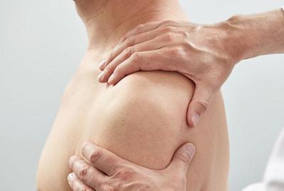 Schulter eines jungen Patienten