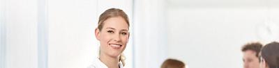 Pflegefachfrau lächelt in Kamera