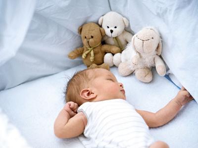 Baby schläft in Bettchen