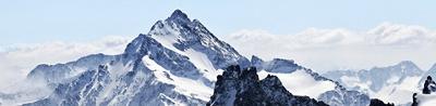 Schweizer Berge mit Schnee bedeckt