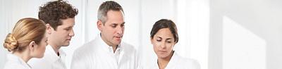 Arzt im Gespräch mit Pflegefachpersonen