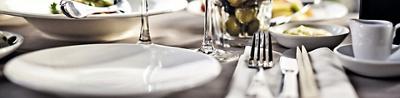 Teller, Messer und Gabel auf Tisch