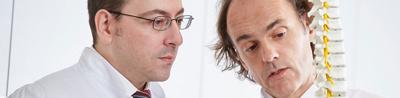 Nahaufnahme von 2 Ärzten die sich unterhalten