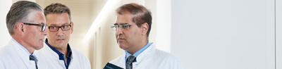 drei Ärzte der Ortho Clinic Zürich reden miteinander