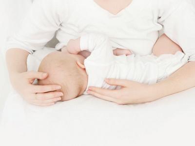 Mutter mit Baby beim Stillen