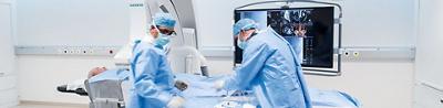 Zwei Ärzte bei einer Operation