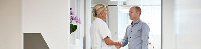 Pflegefachperson begrüsst Patient
