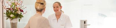 Freundliche Pflegefachfrau mit Patientin